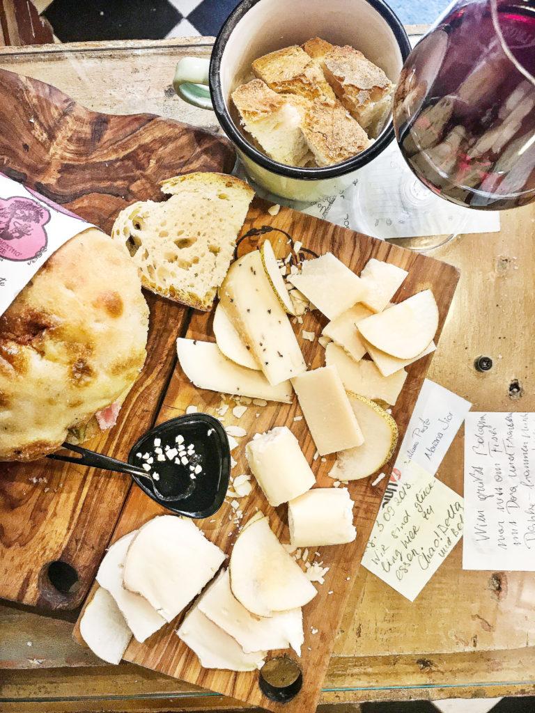 Kaas en broodjes bij La Prosciutteria