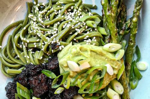 Noodles met sticky tempeh, groene asperges en avocado