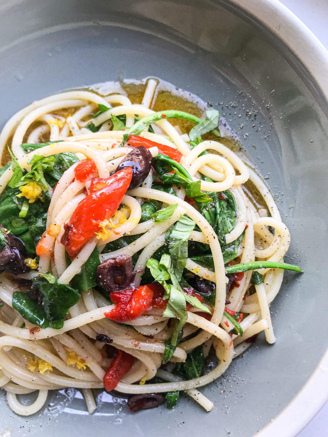 Bord met spaghetti aglio olio e peperoncino