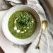 Vegan groene groentesoep met broccoli, prei en spinazie