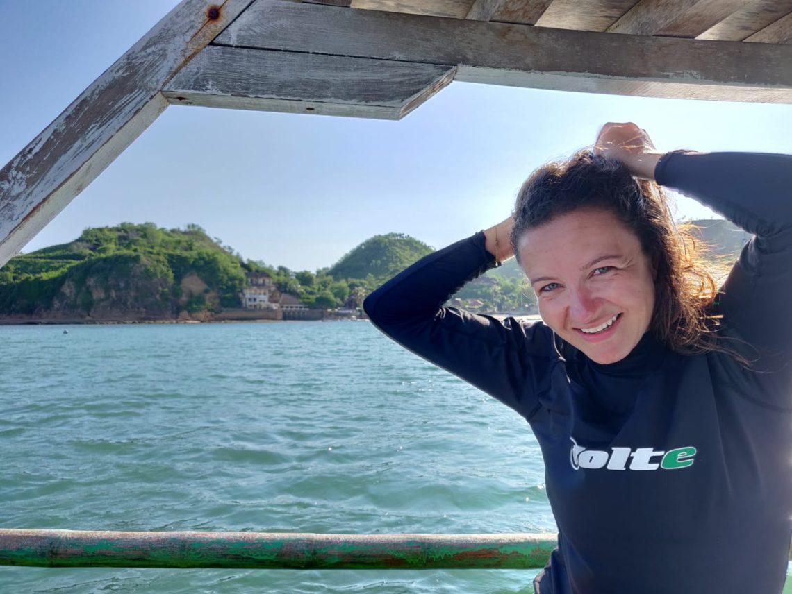 Liselotte Legebeke op de boot in Gerupuk