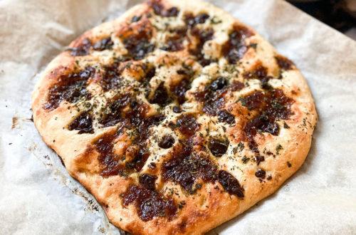 Makkelijke focaccia met olijven, gekaramelliseerde ui en verse kruiden
