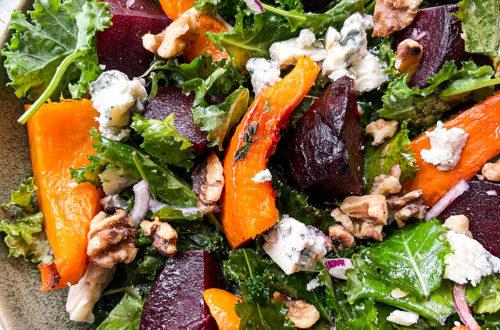 Salade met geroosterde pompoen, bietjes, blauwe kaas en walnoten